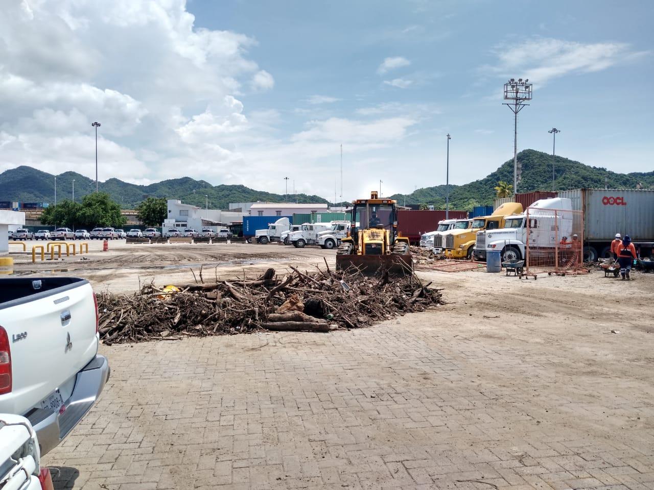 Atiende API Manzanillo afectaciones en puerto y ciudad con apoyo de SEMAR