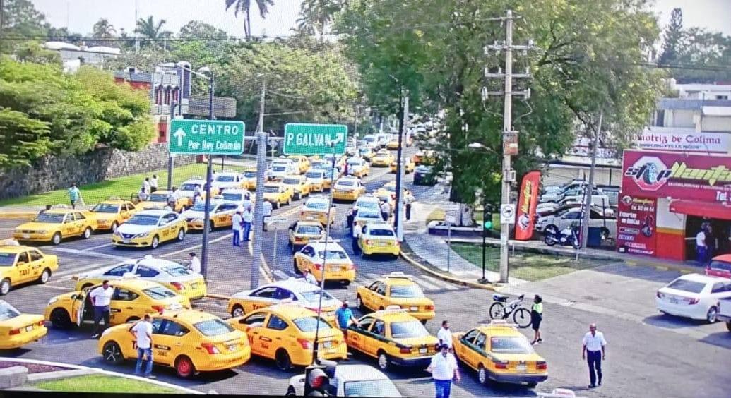 Taxistas amenazan con bloquear aeropuertos y hoteles de Colima