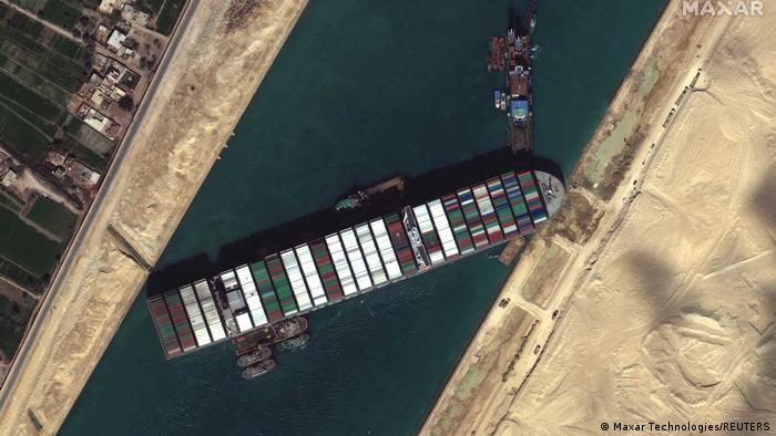 Más de 300 buques continúan varados en el canal de Suez