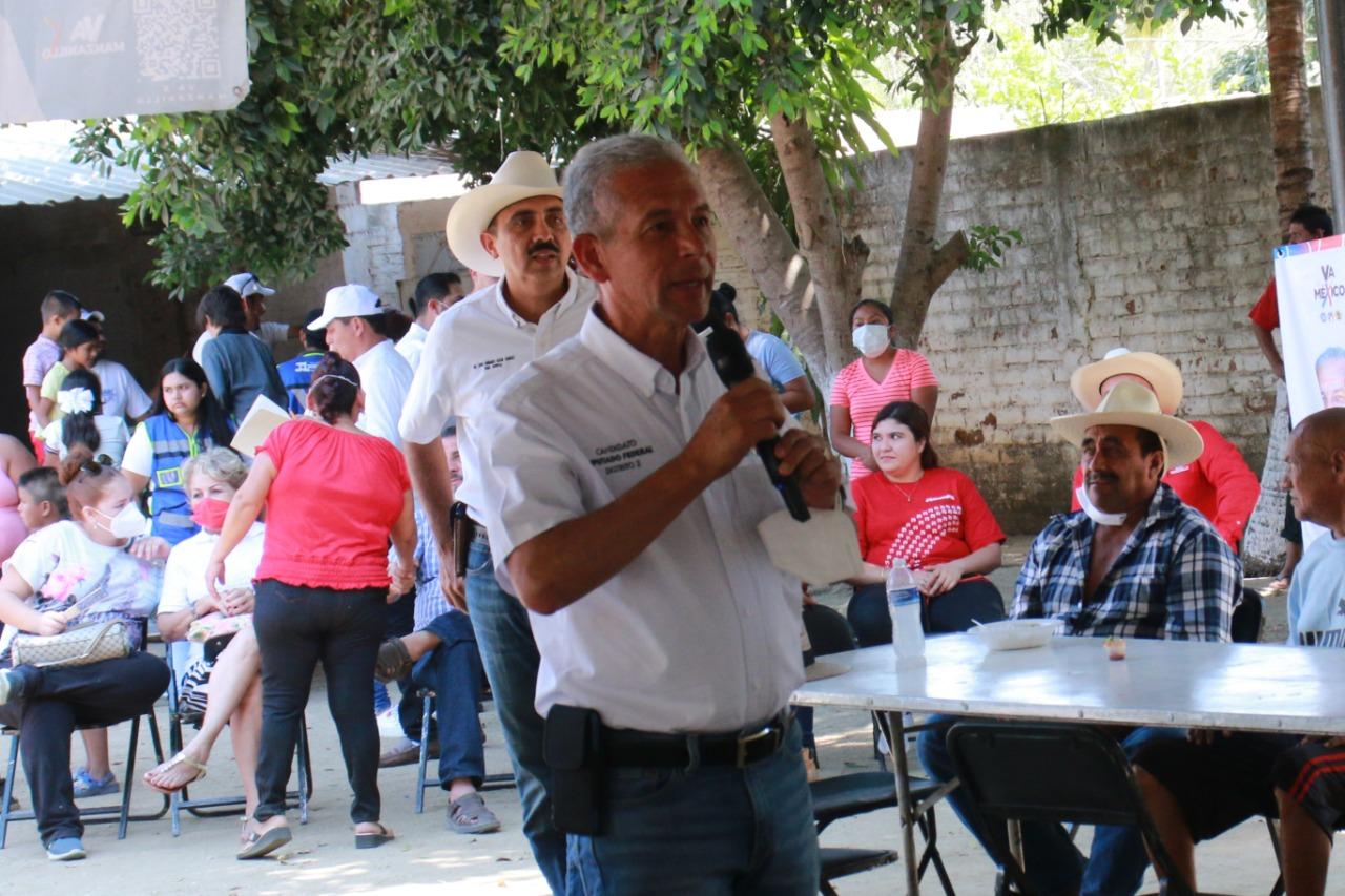 Óscar Ávalos recorre la zona rural de Manzanillo